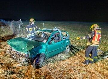 Rettungskräfte bergen das Unfallfahrzeug.