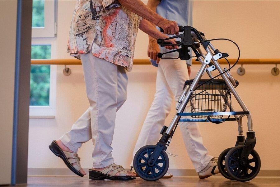 Rund 1,2 Beschäftige arbeiten in der Altenpflege. Schon lange ist klar, dass sie besser bezahlt werden sollen, aber wie?