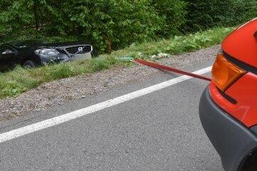 Ein Volvo ist am Dienstagmittag im Pockau-Lengefelder Ortsteil Reifland einen Abhang hinuntergerollt. Das Auto wurde dann bis zur Bergung von der Feuerwehr gesichert.