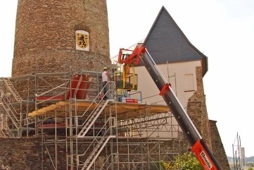 Die Schmöllner Firma Bau- und Spezialgerüstbau GmbH stellt derzeit das Gerüst an den mittelalterlichen Bergfried.