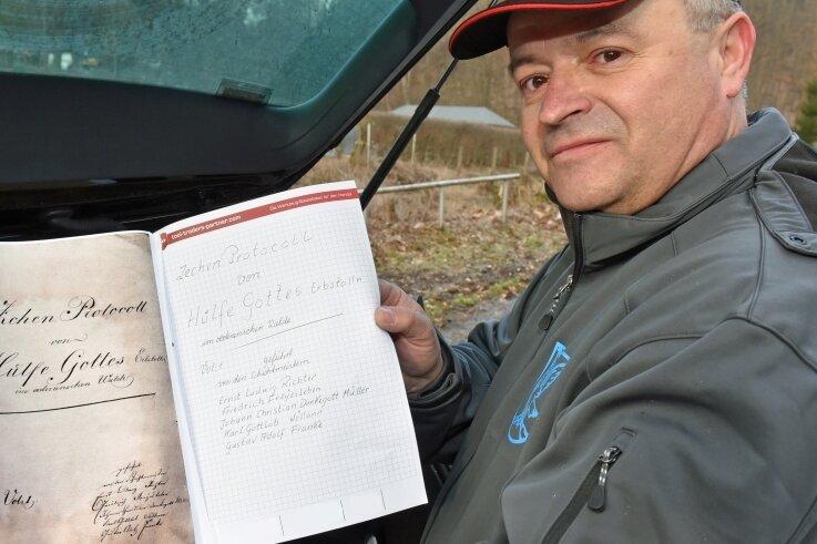Mike Glöckner stöbert mit einem Bergbauprotokoll aus dem Jahr 1593 durch den Zechengrund Falkenau.