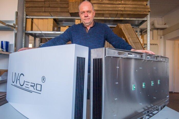 Die Firma Re-Tec-Com aus Neukirchen will sich eine von ihr entwickelte UV-Bestrahlungsanlage patentieren lassen. Geschäftsführer Manfred Hainzingerpräsentiert eine UV-Bestrahlungsanlage mit und eine ohne Gehäuse.