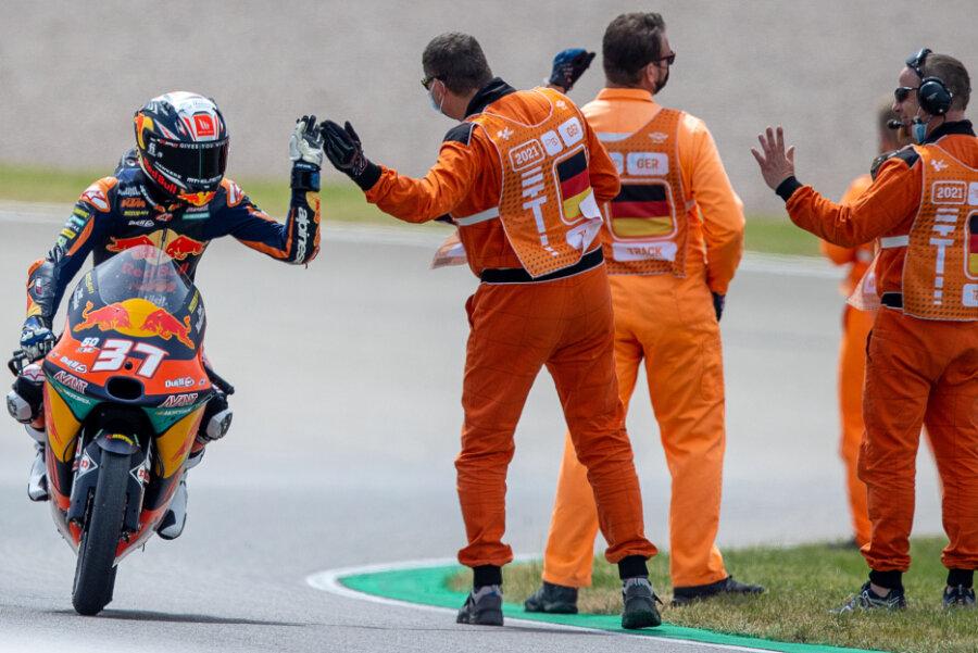 Der Fahrer Pedro Acosta aus Spanien vom Team Red Bull KTM Ajo jubelt nach dem Sieg bei seiner Ehrenrunde.