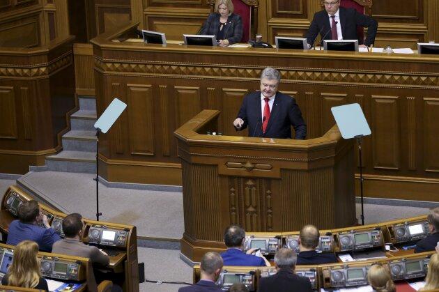 Petro Poroschenko (M), Präsident der Ukraine, spricht während einer Parlamentssitzung. Angesichts des Konflikts mit Russland im Asowschen Meer hat Poroschenko das Kriegsrecht verhängt.