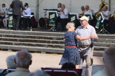 Trotz über 30 Grad im Schatten wagte dieses Paar ein Tänzchen, während die Wernesgrüner Blasmusikanten den Takt vorgaben.