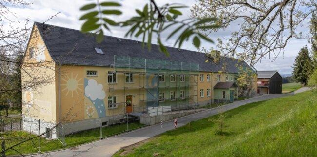Das Gerüst zeigt es: An der Grundschule Elterlein besteht Reparaturbedarf. Die Dachinstandsetzung ist laut Stadtverwaltung bereits in der heißen Phase der Vorbereitung. Im jetzt beschlossenen Haushalt steht für die Bildungseinrichtung der größte Betrag im Bereich Werterhaltung.