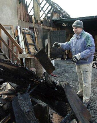 """<p class=""""artikelinhalt"""">Nachdem Kriminaltechniker und Versicherung die ausgebrannte Tischlerei in Härtensdorf freigegeben haben, hat sich Frank Fritzsch am Dienstag ans Aufräumen gemacht. </p>"""