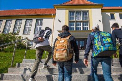 Schule auf: Nach Wochen im Homeschooling ging es für viele Kinder und Jugendliche am Montag zurück ins Klassenzimmer. Im Bild zu sehen sind Schüler auf dem Weg in die Oberschule Aue-Zelle.