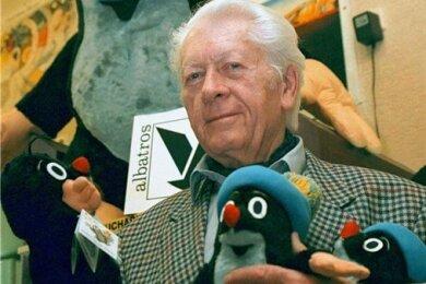 Zdenek Miler zeigt 1999 Stofffiguren seines Maulwurfs.