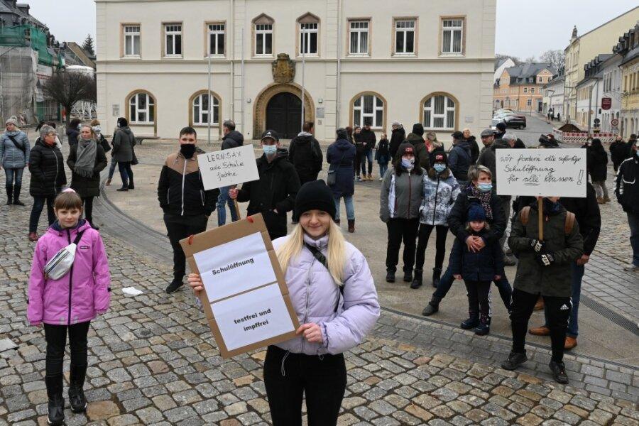 Auf dem Marktpatz der Bergstadt Schneeberg haben Schüler und Eltern am Samstag auf ihre Situation aufmerksam gemacht, vorn Mitte die Zehntklässlerin Fabienne Heymann.