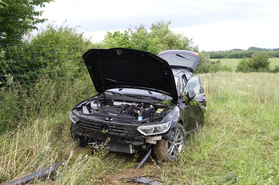 Unfall auf Autobahn - VW landet im Wildzaun