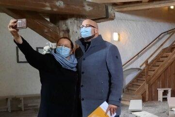 Yvonne Lehmann und Thomas Lindner schauen sich im Brunnenhaus um.