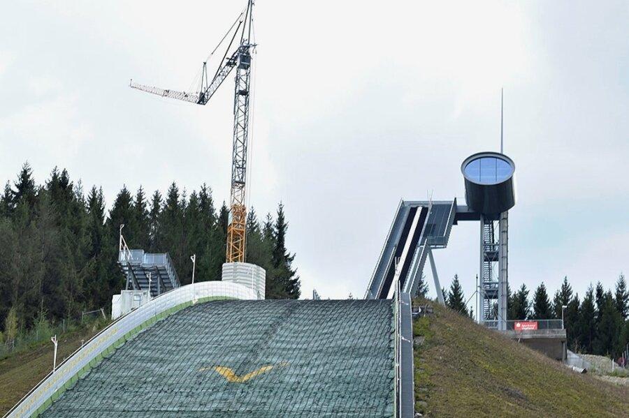 Ein Baukran ergänzt derzeit die Silhouette der Vogtland-Arena in Klingenthal. Der seit langem geplante Bau der stationären Windsegel soll bis zum Finale des Sommer Grand Prix am 3. Oktober realisiert sein.