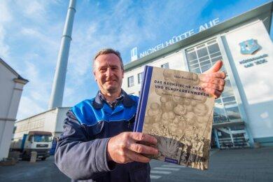 Mike Haustein mit seinem Buch über das Sächsische Kobalt- und Blaufarbenwesen. Die Nickelhütte Aue, wo er Abteilungsleiter für Hydrometallurgie ist, ging aus dem Blaufarbenwerk Niederpfannenstiel hervor.