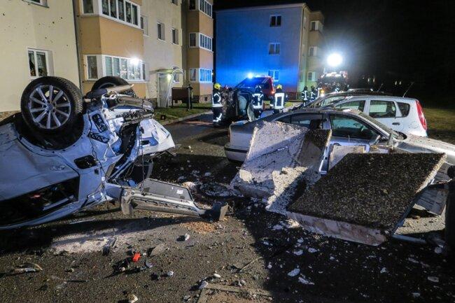 Nach dem schweren Unfall auf der B 101 in Schwarzenberg in der Nacht zu Dienstag glich die Unfallstelle einem Trümmerfeld.