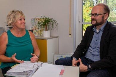 Jetzt kennen sie sich auch persönlich: Kita-Leiterin Katrin Sitte im Gespräch mit Sachsens Kultusminister Christian Piwarz.