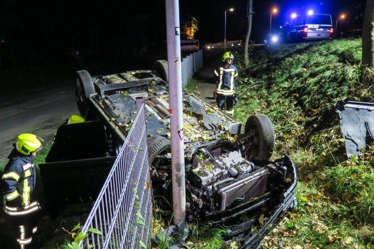 Die beiden Frauen konnten aus diesem verunglückten Fahrzeug unverletzt befreit werden.