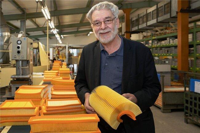 Albert Brandt zeigt in der Produktion einen Motoren-Luftfilter.