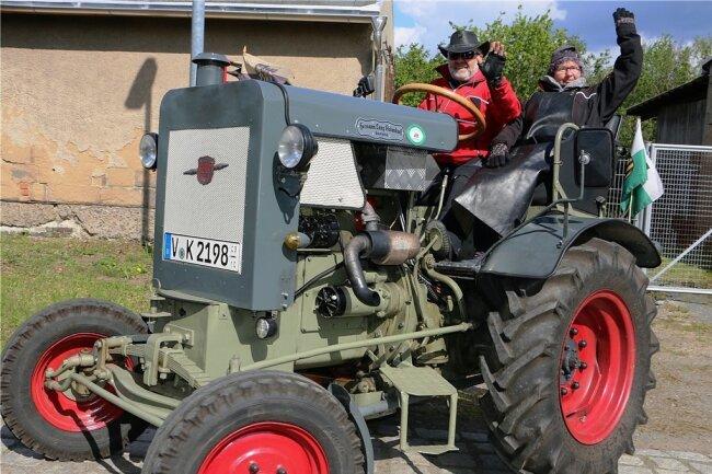 Klaus Krause und Helga Ketzel winken auf ihrem Traktor der Marke Lanz Hermann. Sie waren aus Bad Elster angereist und hatten damit die weiteste Anreise aller Teilnehmer in Geilsdorf.