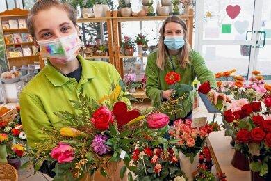 Ehe die Anzucht der Sommerpflanzen beginnt, haben Floristin Daniela Zielke und Azubi Michelle Reinke (links) in derFriedrichsgrüner Gärtnerei Nötzold mit bunten Liebesgrüßen zu tun. Zum Valentinstag am Sonntag hat die Gärtnerei geöffnet.