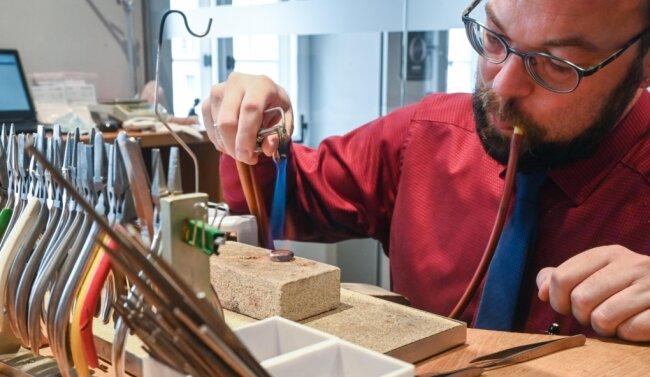 Der Juwelier Roller gehört zu den traditionsreichen Geschäften der Stadt. Schmuck, so sagt der Inhaber, ist das älteste Kulturgut der Welt. Nach diesem Motto wird auch in der Werkstatt (im Bild Hilko Britz) gearbeitet.