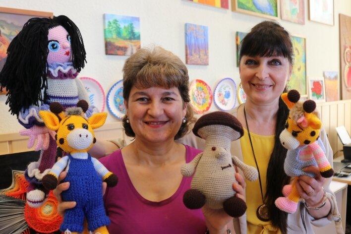 """Die Handarbeitszirkel-Leiterin Olga Bartle (vorn) hat die Puppen für das Stück der Vereinschefin Inga Sabelfeld angefertigt, das im """"Club Impuls"""" gespielt wird."""