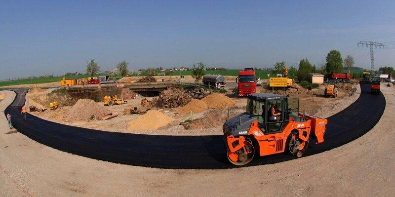 Mitarbeiter der Scharnagl GmbH waren am Mittwoch mit dem Asphaltieren der Baustellenumfahrung beschäftigt. Sie soll am 20. April in Betrieb gehen.