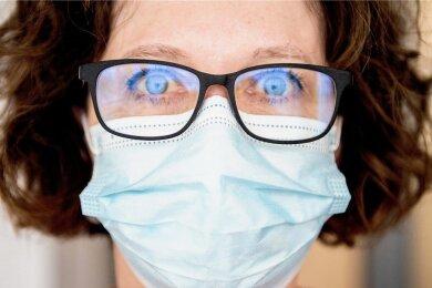 Hilft nur, wenn sie nicht durchfeuchtet ist: die OP-Maske.