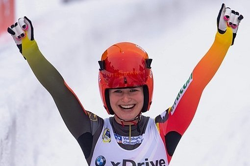 Julia Taubitz jubelt über ihre erste WM-Medaille.
