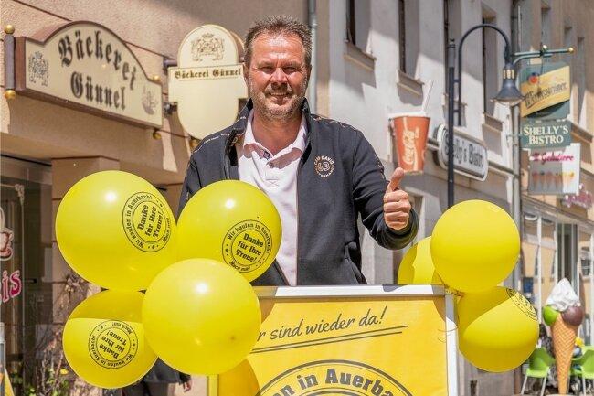 Plakate und Ballons weisen in Auerbach auf die geöffnete Innenstadt hin. Citymanager Uwe Prenzel hat die Aktion initiiert.