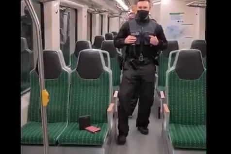Polizisten tanzen im Hauptbahnhof