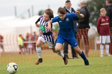 Packende Duelle: Die jungen Kicker des VfL Halle (blau) und des FC Erzgebirge Aue gehörten am Ende zu den besten Teams des international besetzten Turniers im Großschirmaer Sportpark.