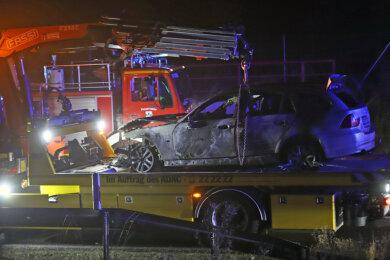 Das ausgebrannte Auto musste abgeschleppt werden.