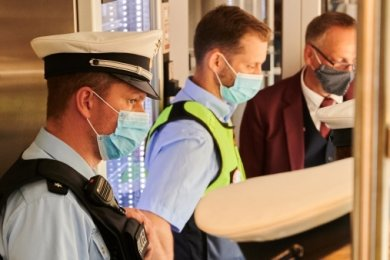 Neben Beamten der Bundespolizei kontrollieren auch Sicherheitsleute der Deutschen Bahn (hier ein Einsatz in Berlin), ob die coronabedingte Maskenpflicht in Zügen eingehalten wird.