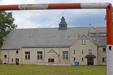 Der Zustand der alten Turnhalle in Steinpleis ist eine Trauerspiel. Eine Lösung des Problem wird es so schnell nicht geben.