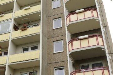 In Sonnenleithe wurden Häuser, hier Am Fichtbusch 72, mit Balkonen (r.) eines Abrissblocks aus Johann'stadt nachgerüstet.
