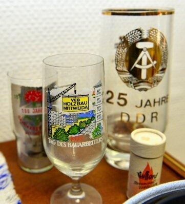 Alte Gläser erinnern an lokale Betriebe und besondere Jubiläen.