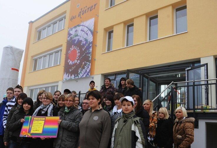 """<p class=""""artikelinhalt"""">Donnerstag ist das Banner an der Fassade des neuen """"Dürer"""" eingeweiht worden, an der Stollberger Altstadtschule hatte es dazu einen Wettbewerb gegeben. Es siegte der Entwurf von Vivien Lißner (mit Umschlag). Zur Belohnung dürfen alle Teilnehmer im """"Dürer"""" Filme gucken.</p>"""