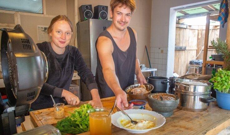 Auch das Küchenteam, hier Jule und Gernot, ist schon im Kreativmodus. Die Künstler wohnen und arbeiten auf dem Fabrikgelände und essen hier auch.