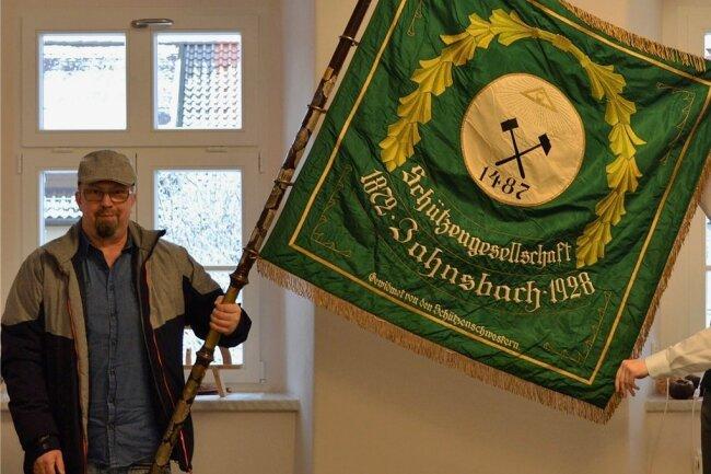 Mario Gerbet übergab die historische Fahne des einstigen Jahnsbacher Schützenvereins an Bürgermeister Thomas Mauersberger.