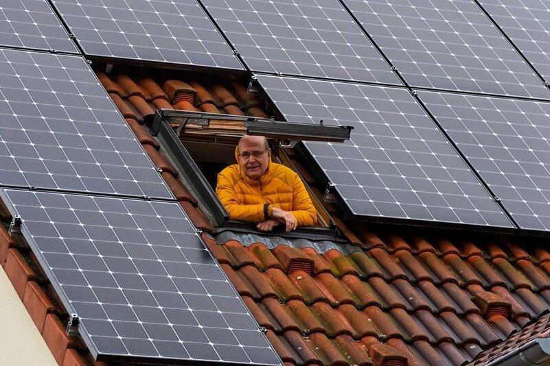 Das Geld lieber auf dem Dach als auf dem Bankkonto: Getreu diesem Motto hat Roland Stolle in leistungsfähige Fotovoltaikmodule investiert. Übers Jahr gesehen produzieren seine 27 Module mehr Strom, als er in seiner Radebeuler Doppelhaushälfte verbraucht.