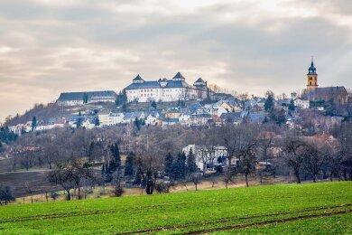 """Schloss Augustusburg thront wie eine """"Krone"""" auf dem Schellenberg. Im kommenden Jahr wird das 450-jährige Jubiläum der Errichtung gefeiert."""