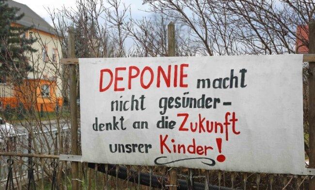 An der Gablenzer Hauptstraße sind mehrere Plakate aufgestellt, mit denen die Bürger auf das Problem aufmerksam machen.