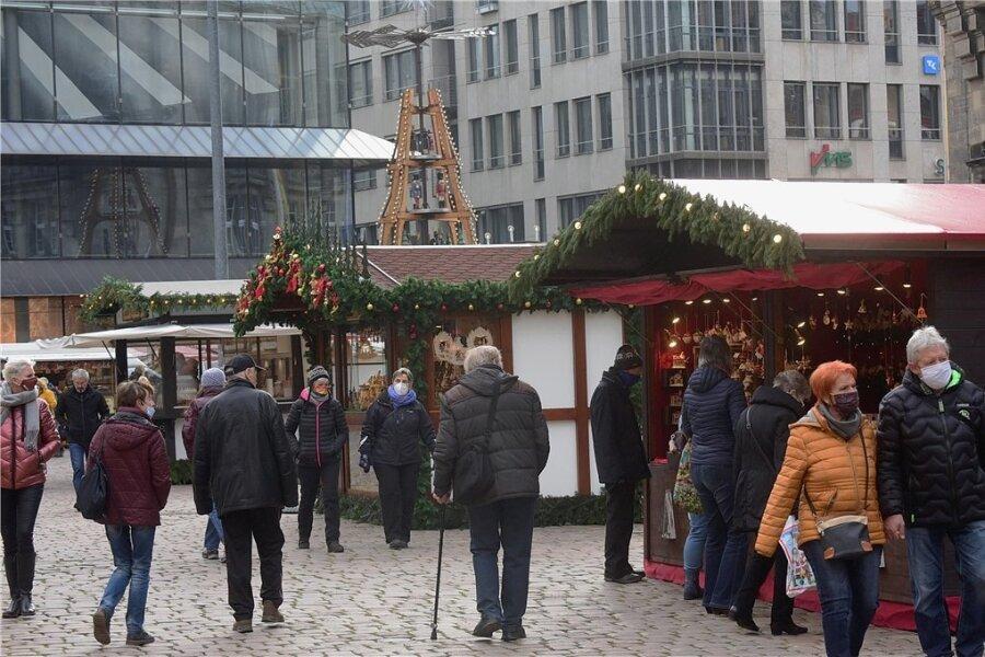 Vom geplanten Weihnachtsmarkt ist ein Wochenmarkt mit erweitertem Sortiment geblieben - immerhin. Der Verzehr von Würstchen oder Glühwein im Freien aber ist im Bereich der gesamten Innenstadt verboten.
