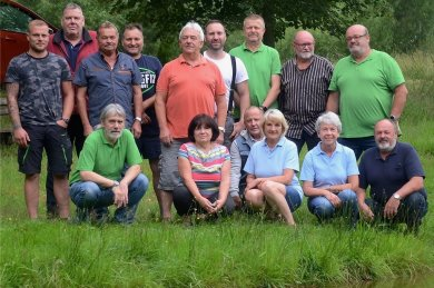 Ein Teil der Grünbacher Angler an ihrem sanierten Teich an der Alten Muldenberger Straße. Insgesamt zählt der Verein 43 Mitglieder.