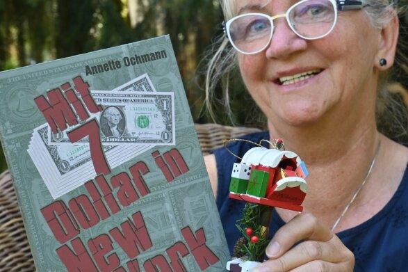 """Annette Richter hat zum Tag des Mauerbaus ihre Biografie """"Mit 7 Dollar in New York"""" herausgebracht. Darin geht es um eine Reise nach Amerika, wo sie einen Miniatur-Postkasten als Weihnachtsschmuck kaufte."""