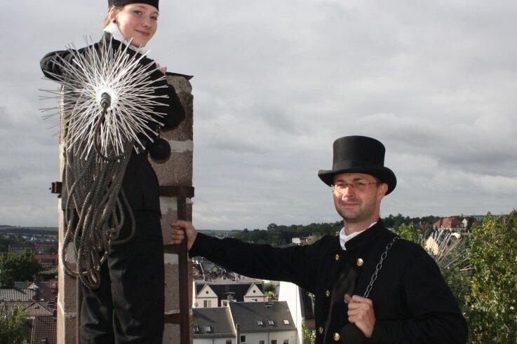 Jasmin Arnold hoch oben auf einem Haus in der Crimmitschauer Kirchbergstraße mit Ausbilder Christoph Mennicke.