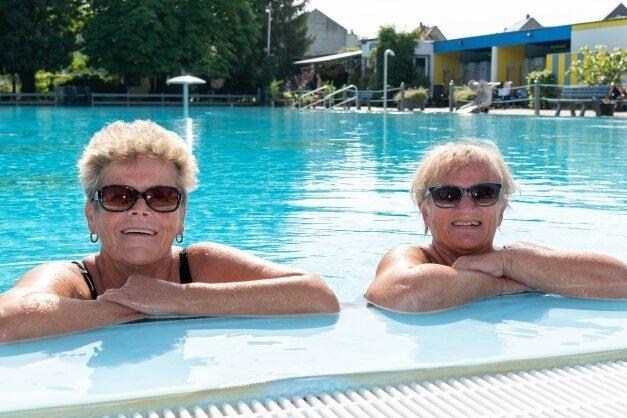 Im Rochlitzer Stadtbad haben am Dienstag bei 20 Grad Celsius im Wasser und 22 Grad im Schatten Stammbaderinnen den Tag genossen.