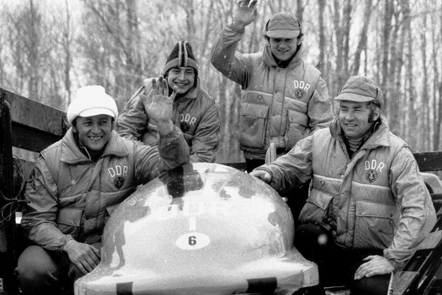 Meinhard Nehmer (r.) feierte gemeinsam mit Bernhard Germeshausen, Hans-Jürgen Gerhardt und Bogdan Musiol (v. l.) 1980 bei den Winterspielen in Lake Placid nach 1976 den zweiten Olympiasieg im Vierer, seinen dritten insgesamt.