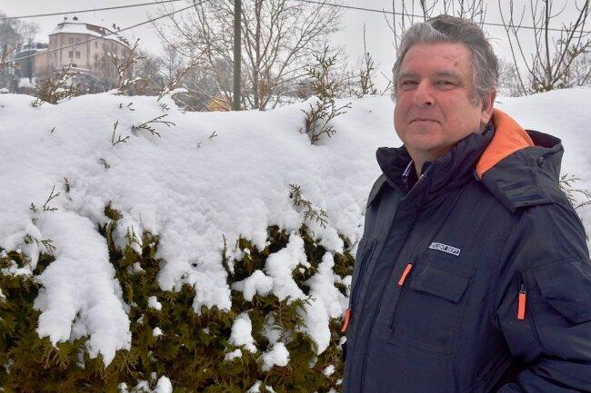 2021: Der 65 Jahre alte Reinhard Iser hat in seinem Garten einen Ausblick auf das Schloss Wolkenburg. Nach Jahrzehnten als Verwaltungsmitarbeiter in Limbach-Oberfrohna geht der einstige Wolkenburg-Kaufungen Bürgermeister nun in den Ruhestand. Sein Engagement im Förderverein von Schloss Wolkenburg will er fortsetzen.